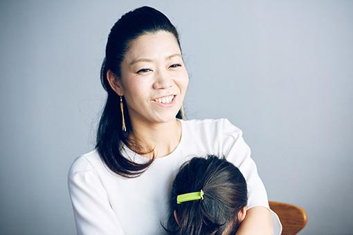 取材現場に一緒に来ていた次女を抱く山田ゆき