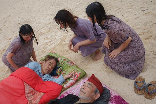 映画『変魚路』より。横たわるのが主演の平良進と北村三郎