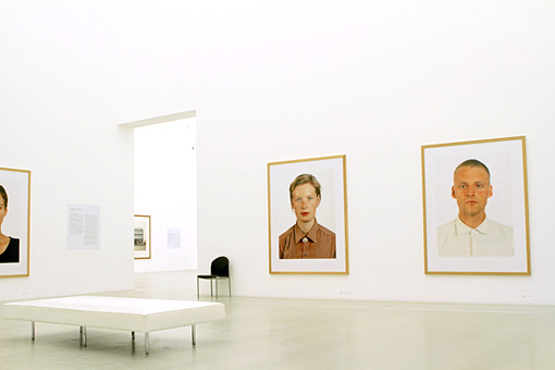 『Porträts(ポートレート)』作品が並ぶ展示室