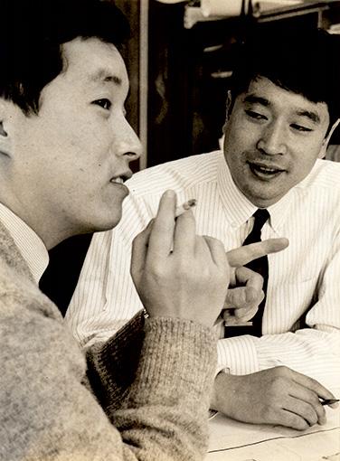 左から:当時の田中一光と永井一正