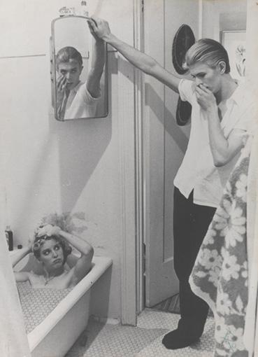 ニコラス・ローグ監督による、デヴィッド・ボウイの初主演映画『地球に落ちて来た男』(1977年)より / Film stills by David James ©STUDIOCANAL Films Ltd., Image ©Victoria and Albert Museum Courtesy of The David Bowie Archive