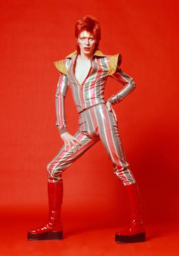 鋤田正義の撮影による1973年のデヴィッド・ボウイ。衣装を手がけたのはフレディ・バレッティ / ©Sukita , The David Bowie Archive