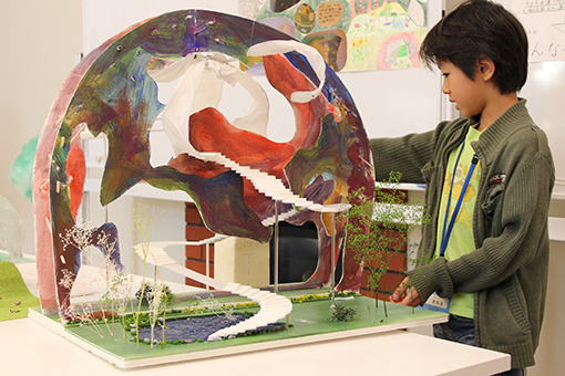 伊東が主催する「子ども建築塾」の参加児童が作った、始祖鳥と怪獣、むささびと人間が暮らす家