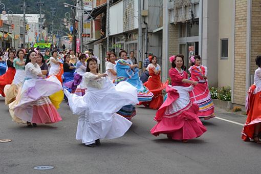 『コスキン・エン・ハポン』の前祭りとしてパレードも行われるようになった
