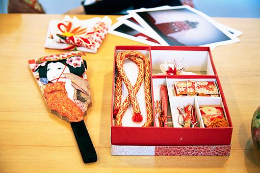 羽子板と着物の小物。金糸の刺繍が精巧で美しい