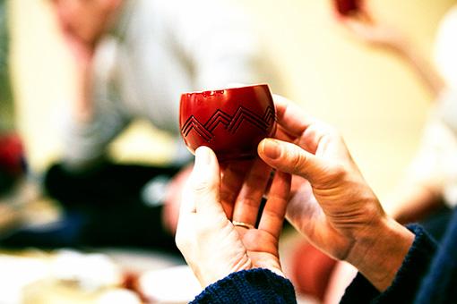 sneeuw(雪浦聖子のブランド)の朱器。ハレの気分を祝うようなイメージで、水引がモチーフになっている