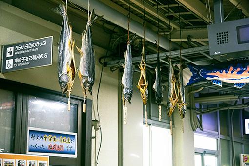 駅に塩引き鮭が吊るされている光景にもだんだん見慣れてきた