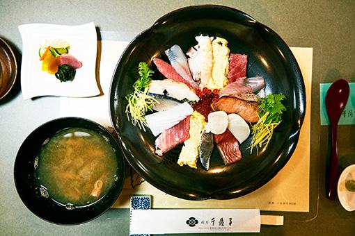 割烹・千渡里の名物、だぁーまた丼。30センチの皿に塩引き鮭、地鶏、とれたての海鮮を約15種類乗せた豪華な一皿