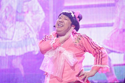 『マジ歌ライブ2017~マジ武道館~』より。バナナマン日村。©テレビ東京
