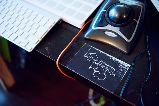 櫻木の作業卓には、恵比寿LIQUIDROOMのステッカーが貼られている