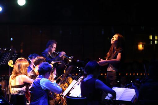 挾間が率いる13人編成のアンサンブル「m_unit」の公演風景(2015年 ブルーノート東京) Photo by Yuka Yamaji