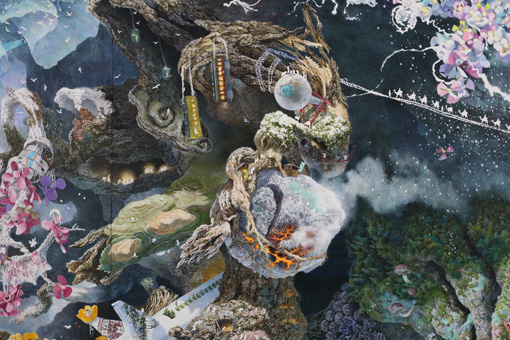 ウォータータンクにひっかかった鳥居、右にはラクダに乗った人影が描かれている 『誕生』部分 2013-2016年 紙にペン、インク、透明水彩 300×400cm 撮影:宮島径 ©IKEDA Manabu / Courtesy Mizuma Art Gallery, Tokyo/ Singapore