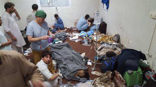 管理棟に負傷者が殺到し、無事だったスタッフが仮設の手術室で救命救急に全力を尽くしたが、患者、スタッフを含む計42人が死亡した ©MSF