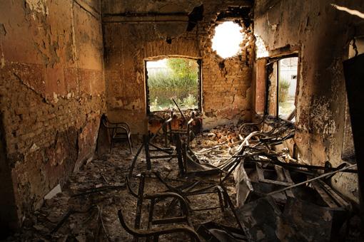 爆撃により破壊された病院内部。壁にミサイルが開けた穴が残る ©Victor J. Blue