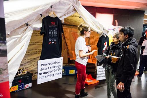 ブースでは国境なき医師団の活動地をインタラクティブに体験できる360°動画の展示やMUSEとのコラボグッズを販売 ©Tom Barnes