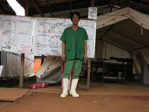 エボラ出血熱で現地に赴いた際の加藤医師 ©MSF