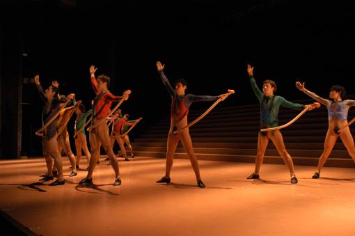 2004年に上演された『踊るショービジネス』の様子。長い局部を振り回しながら俳優たちが踊る
