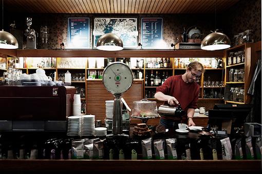 店内には、様々なロースターのコーヒー豆が並んでいる