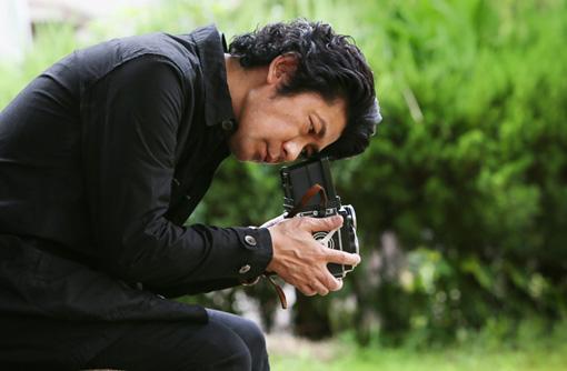 """カメラを覗き込む雅哉 / ©2017 """"RADIANCE"""" FILM PARTNERS/KINOSHITA、COMME DES CINEMAS、KUMIE"""