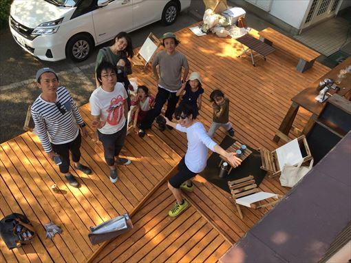 有志のスタッフが、DIYで「SOTO KAWADA」のデッキを作っている様子