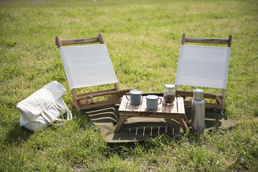 レンタルピクニックセット(テーブル、チェア2脚、ピクニックシート、マグカップ2つ、ハンドドリップコーヒー、焼き菓子)。