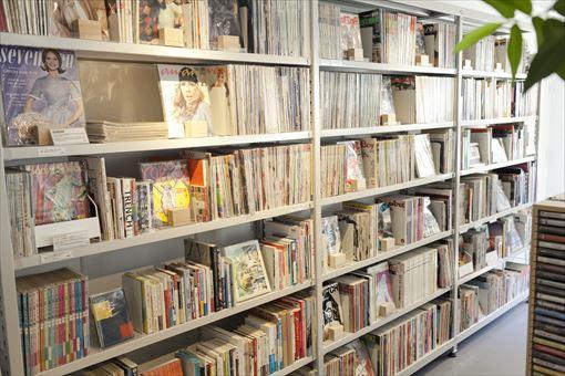 カセットテープやアナログレコードのほか、国内外の雑誌のバックナンバーや書籍なども