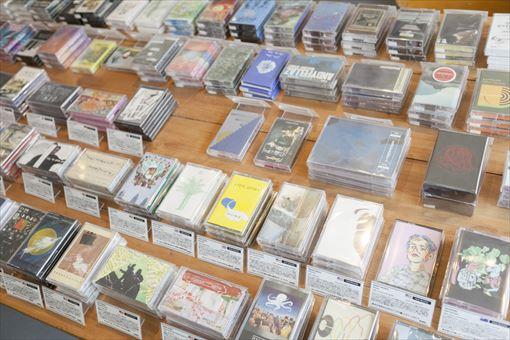 テーブルに並べられたカセットテープにはすべて手作りのキャプションがつけられている