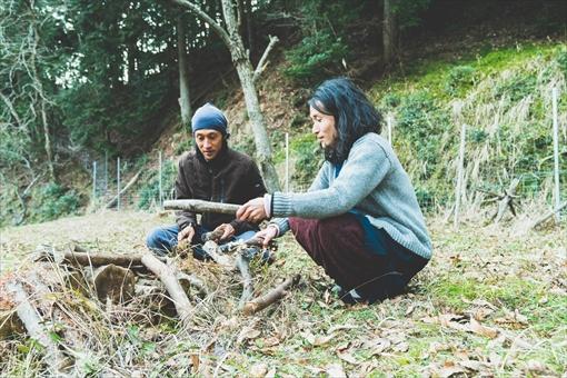木をたたいて音を鳴らす遊びを始める二人