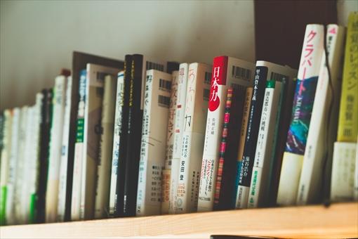 「仏教」「野性」「里山」などのワードが並ぶ本棚