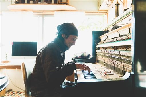 """高木の""""girls""""が弾きたくてピアノを始め、3年たって弾けるようになった。音の響きがよくなるように、蓋はとりはずしてある"""