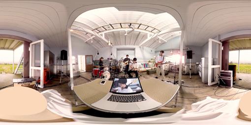 """""""サウンドエスケープ""""の360度VR映像より。映像内に設置されたノートパソコンの中ではアングルがコントロールされた2D的な映像が映し出される"""