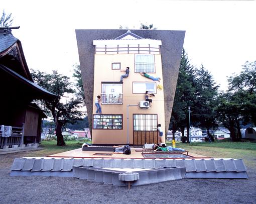 レアンドロ・エルリッヒ『妻有の家』(2006年)。地面に寝そべるように作られた家を大きな鏡に映し出した作品(展示終了)撮影:池田晶紀