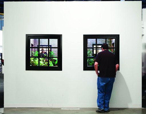 レアンドロ・エルリッヒ『Lost Garden』(2009年) / variable dimensions. metal structure, bricks, windows, mirrors, fluorescent lights and artificial plants / MOLAA, Long Beach, California, US © Jon Endow, courtesy of Leandro Erlich Studio