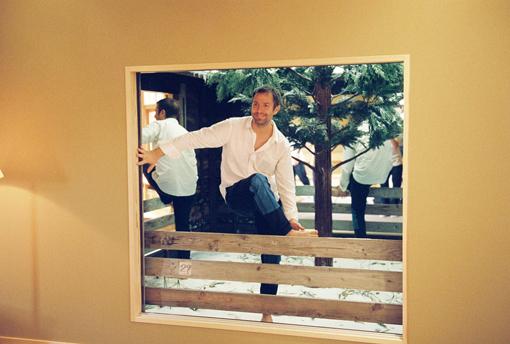 新作『Lost Winter』の中に入るエルリッヒ。一見ただの中庭だが、杉の木を中心に2枚の鏡が立てられており、中を覗き込むと全ての窓から自分の姿が見える(※実際にはガラス戸があり、中に入れませんのでご注意ください)