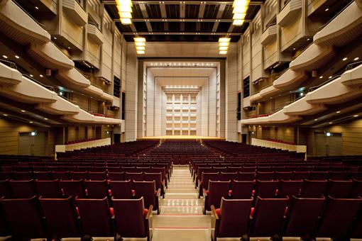 公演されるオーチャードホール舞台の正面写真。この壁面全面にライゾマティクスリサーチ演出の映像が投影される