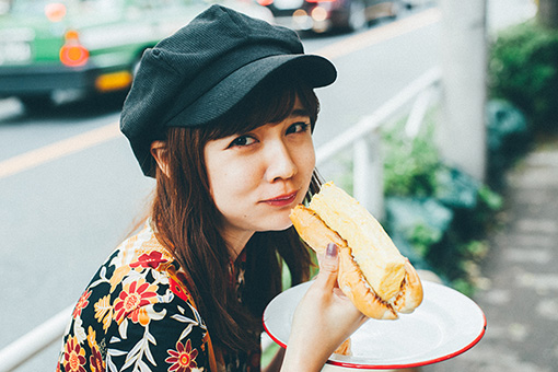 「出汁巻き卵ドッグ」を頬張る村田倫子