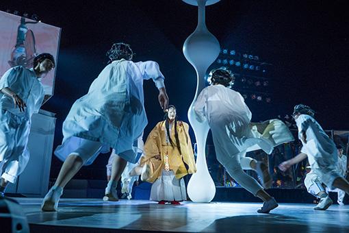 『東京キャラバン ~プロローグ~』(2015年)撮影:井上嘉和 2015年駒沢オリンピック公園での公開ワークショップの様子。現代アートや音楽、ファッションから伝統文化、能楽までが交わるコラボレーションを約1200名の観客に披露した