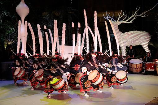 『東京キャラバン in 六本木』(2016年)撮影:篠山紀信 8月にブラジル・リオデジャネイロ、9月に仙台と相馬にてワークショップを行い、それぞれの地での「文化混流」を経て創作された『東京キャラバン in 六本木』のパフォーマンス。写真は金津流獅子躍の場面