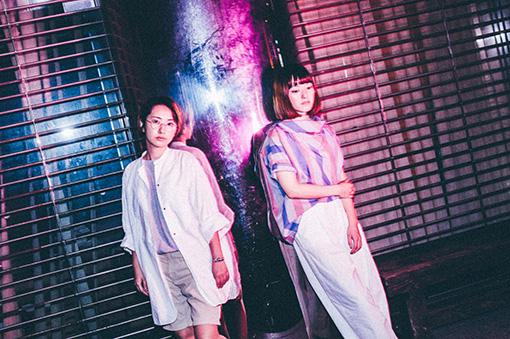 Charisma.com 左から:いつか(MC)、ゴンチ(DJ)