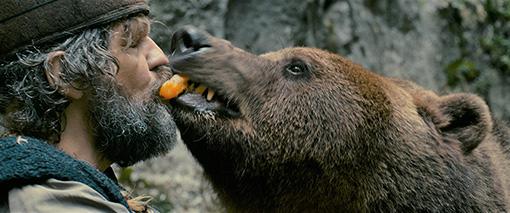エミール・クストリッツァが撮影中、仲良くなったという熊 / ©2016 LOVE AND WAR LLC
