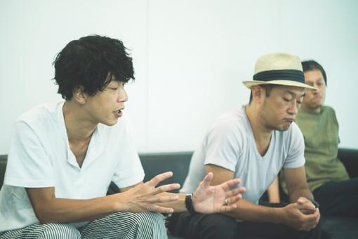 左から:田中和将、亀井亨、西川弘剛。テーブルに置いたシングルのリストを見ながら談義