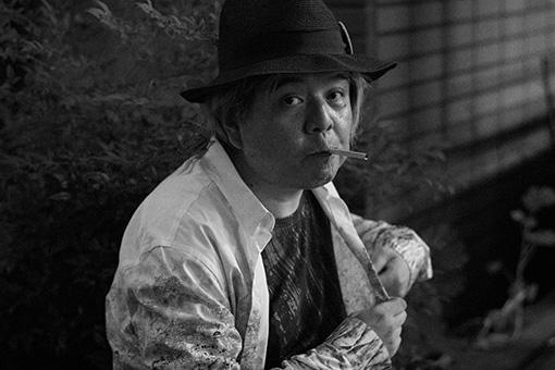 カウリスマキ作品に敬意を払いタバコをくわえるケラリーノ・サンドロヴィッチ
