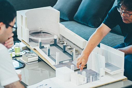 展示会場である表参道スパイラルの模型を使って、説明する様子