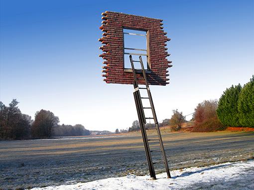 レアンドロ・エルリッヒ〈Window & Ladder - Too Late to Ask for Help〉2008 © Lorenzo Flaschl, Courtesy of Galleria Continua