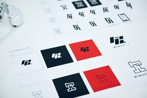ラフスケッチ。2種類のロゴとも、漢字の「欠」がモチーフとなっている