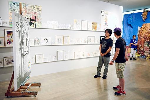 『ヨコハマトリエンナーレ2017』でのMr.の展示作品を実際に観る二人
