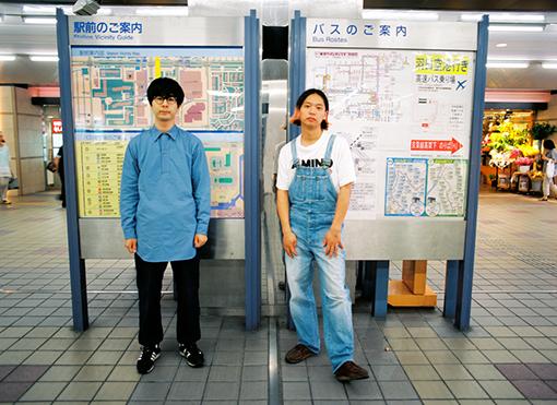 夏目と菅原が弾き語りデュオ「エスカルゴ」として、ゆずなどの弾き語りをしていた新浦安駅の改札前