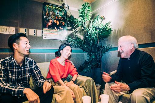 左から:佐藤良成、佐野遊穂、パディ・モローニ