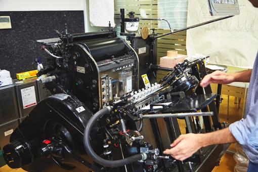 活版印刷機を動かしている様子