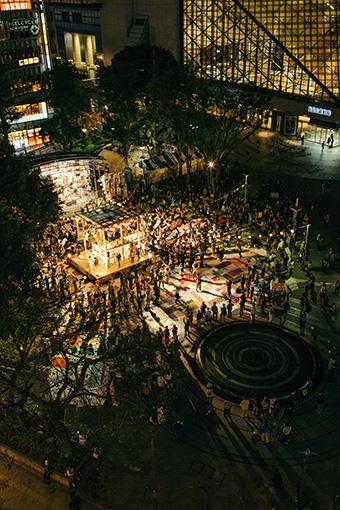 『フェスティバル/トーキョー15』オープニング・プログラム、『フェスティバルFUKUSHIMA!@池袋西口公園』撮影:Ryosuke Kikuchi